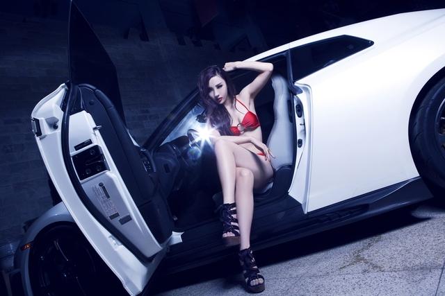 Chan dai khoe dang ben Nissan GT-R