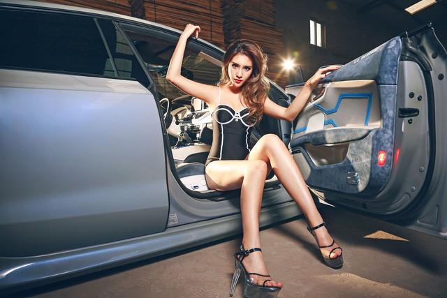 Co nang khoe duong cong nong bong ben Audi do la