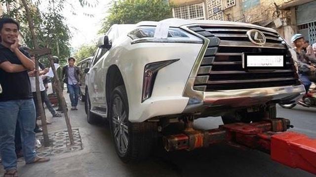 """""""Chuyên cơ mặt đất"""" Lexus LX570 2016 bị đưa về phường vì lấn chiếm vỉa hè"""