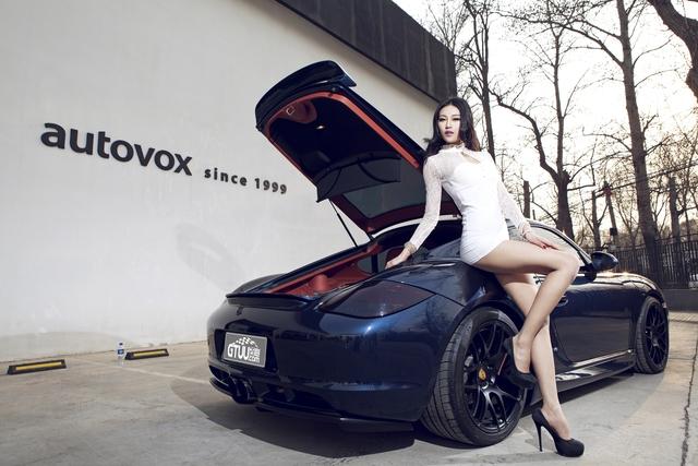 Co nang kieu sa khoe doi chan dai mien man ben Porsche Cayman
