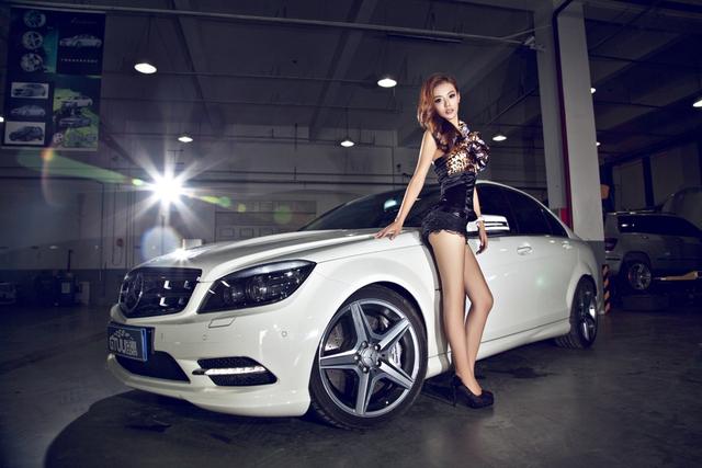 Co nang chan dai khoe dang ben Mercedes-Benz C250