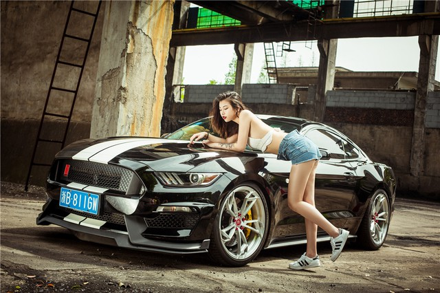 Co nang chan dai ben Ford Mustang do khung
