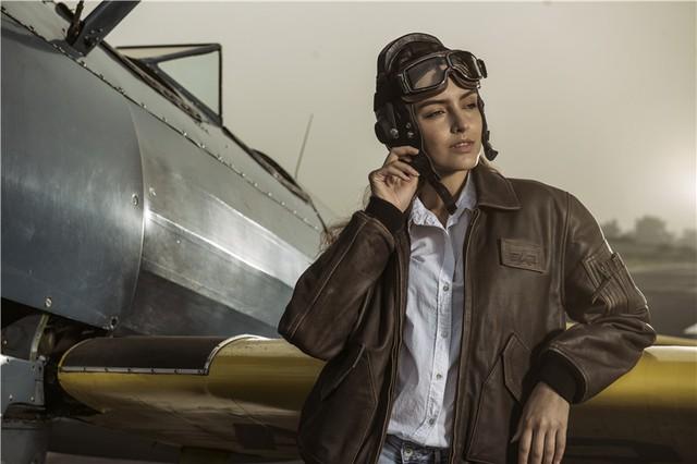 Nữ phi công cá tính bên chiếc máy bay Biplane - Ảnh 1.
