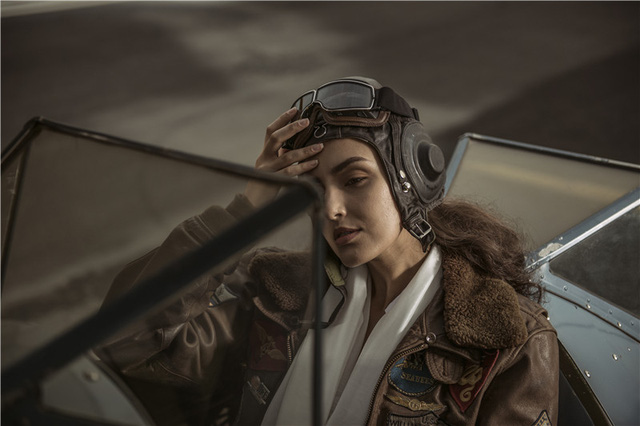 Nữ phi công cá tính bên chiếc máy bay Biplane - Ảnh 2.