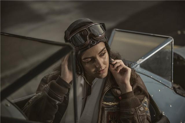 Nữ phi công cá tính bên chiếc máy bay Biplane - Ảnh 3.