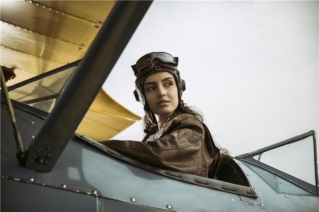 Nữ phi công cá tính bên chiếc máy bay Biplane - Ảnh 5.