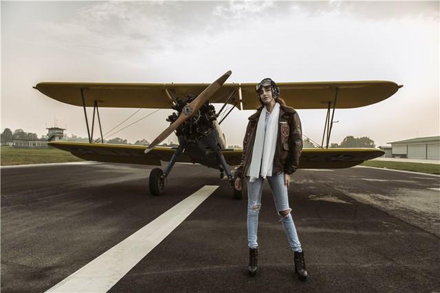 Nữ phi công cá tính bên chiếc máy bay Biplane - Ảnh 6.