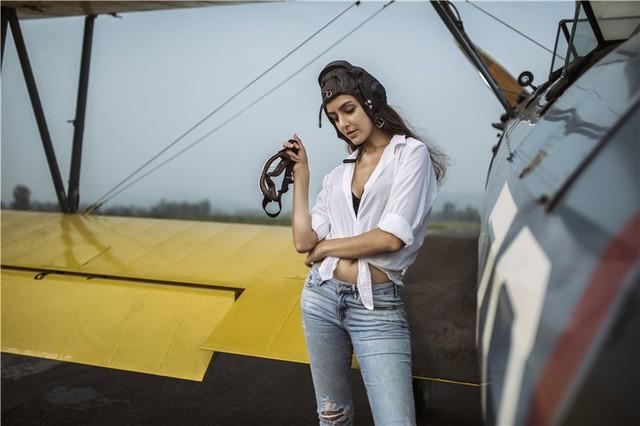 Nữ phi công cá tính bên chiếc máy bay Biplane - Ảnh 9.
