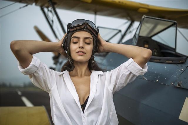 Nữ phi công cá tính bên chiếc máy bay Biplane - Ảnh 10.