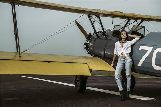 Nữ phi công cá tính bên chiếc máy bay Biplane - Ảnh 11.