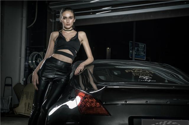 Chan dai Tay khoe dang ben xe do Nissan 350Z