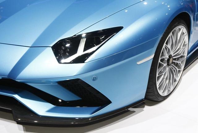 Đây là những hình ảnh nóng hổi về chiếc Lamborghini Aventador S LP740-4 mui trần sắp ra mắt - Ảnh 5.