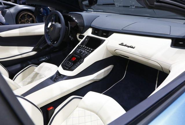 Đây là những hình ảnh nóng hổi về chiếc Lamborghini Aventador S LP740-4 mui trần sắp ra mắt - Ảnh 15.