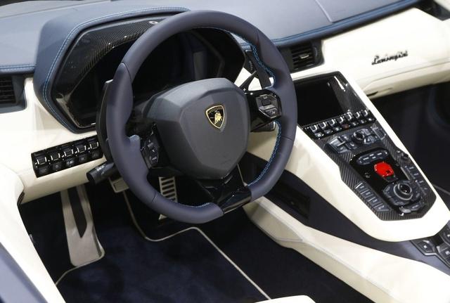 Đây là những hình ảnh nóng hổi về chiếc Lamborghini Aventador S LP740-4 mui trần sắp ra mắt - Ảnh 16.