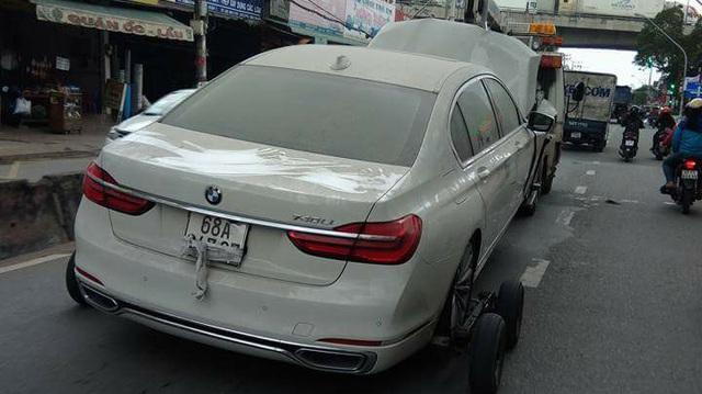 Cư dân mạng xót xa với cảnh BMW 7-Series đeo biển Kiên Giang nát đầu, phủ đầy bụi được kéo trên đường