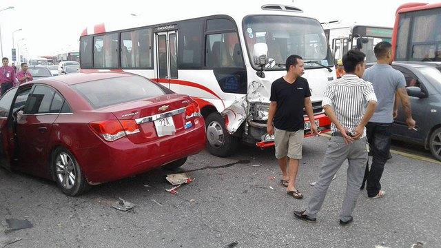 Chạy lấn làn trên cầu Thăng Long, Chevrolet Cruze đâm nát đầu, bung túi khí Toyota Corolla Altis - Ảnh 4.