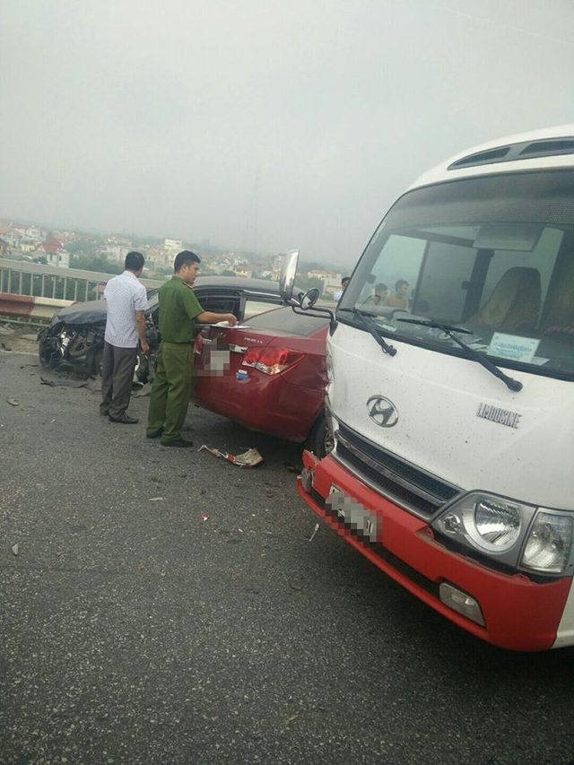 Chạy lấn làn trên cầu Thăng Long, Chevrolet Cruze đâm nát đầu, bung túi khí Toyota Corolla Altis - Ảnh 1.