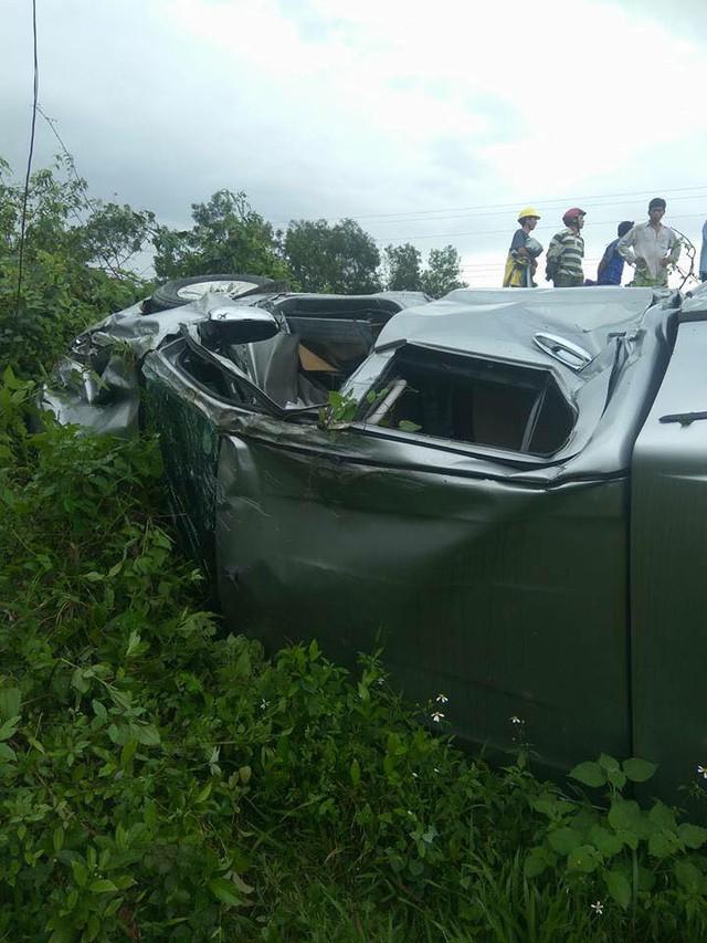 Hà Tĩnh: Toyota Hilux bị tàu hỏa đâm trúng và hất văng xuống vực - Ảnh 2.