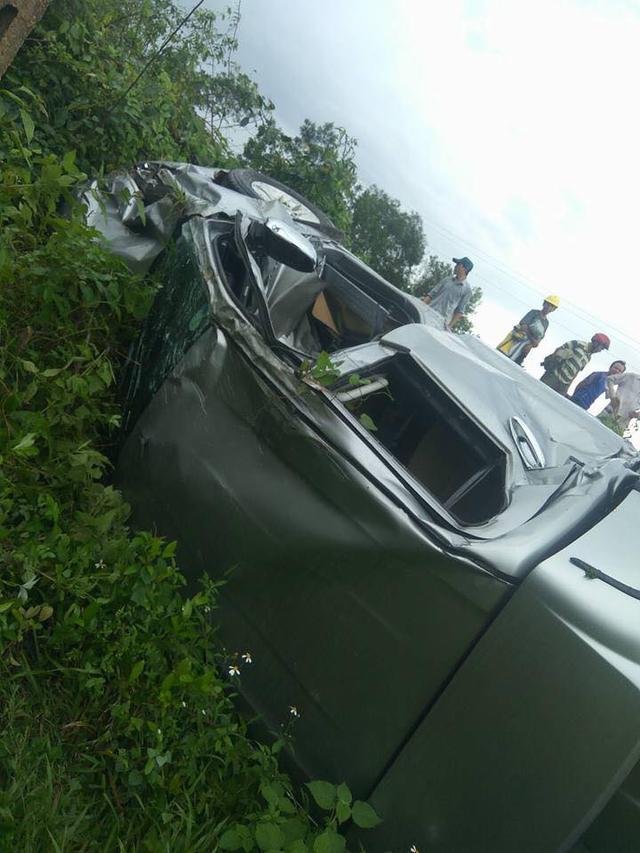 Hà Tĩnh: Toyota Hilux bị tàu hỏa đâm trúng và hất văng xuống vực - Ảnh 3.