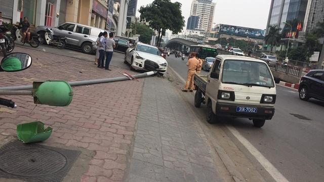 Video Audi A6 lao lên vỉa hè, đâm trúng 1 thanh niên và hạ gục cột đèn tại Hà Nội