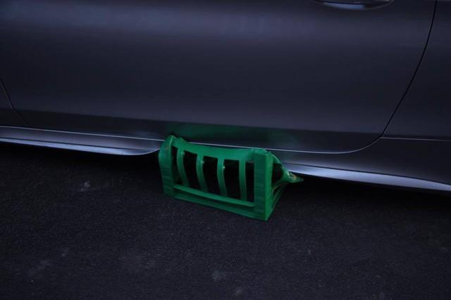 Mercedes-AMG C63S Coupe bị trộm cả 4 bánh xe khi đỗ trên phố - Ảnh 3.