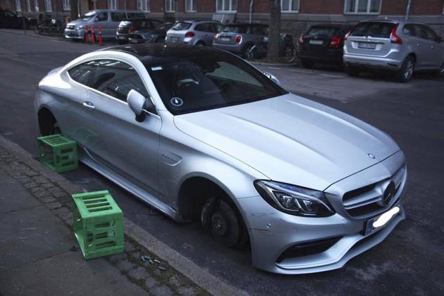 Mercedes-AMG C63S Coupe bị trộm cả 4 bánh xe khi đỗ trên phố - Ảnh 1.