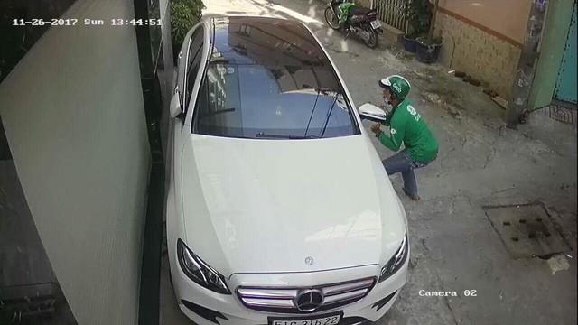 Thanh niên mặc áo GrabBike trộm gương xe Mercedes-Benz của người nổi tiếng giữa ban ngày - Ảnh 4.