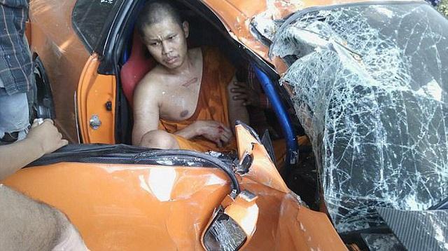 """Sư thầy Thái Lan """"phá nát"""" chiếc xe thể thao mượn của bạn"""