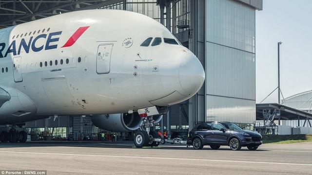 Porsche Cayenne gây choáng khi kéo máy bay chở khách lớn nhất thế giới