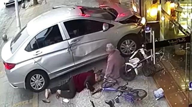 Thấy chiếc ô tô mất lái lao lên vỉa hè, cụ bà nhanh tay đẩy bạn sang một bên để tránh tai nạn
