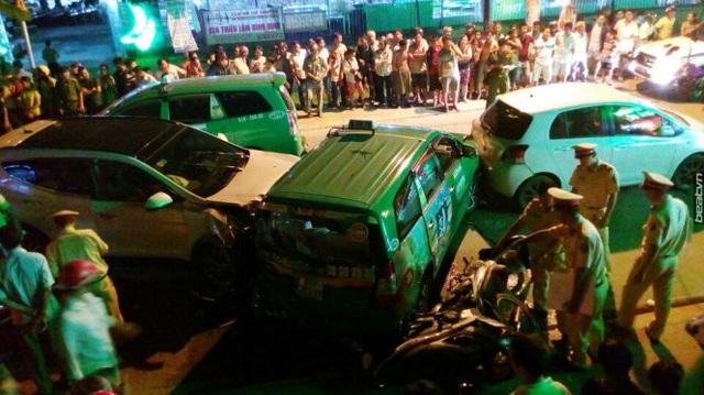 Video khoảnh khắc Hyundai Santa Fe gây tai nạn liên hoàn cho 12 xe tại Sài Gòn