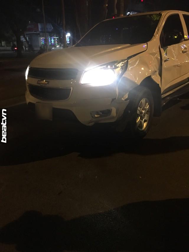 Hà Nội: Yamaha Exciter chở 3 đâm vào Chevrolet Colorado, 1 thanh niên tử vong - Ảnh 2.