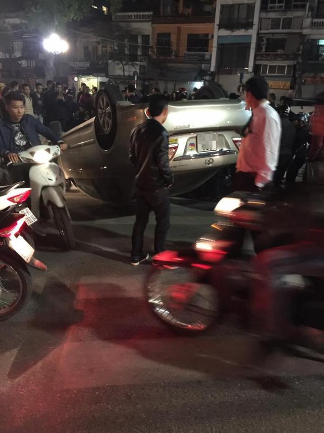 Hà Nội: Va chạm với Honda Wave, Toyota Altis ngửa bụng trên phố - Ảnh 1.