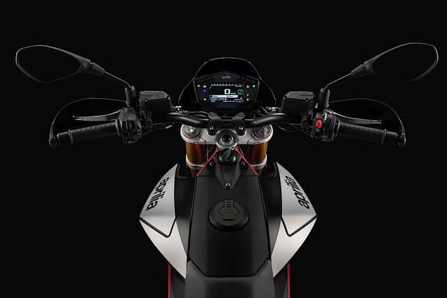 Chi tiết Aprilia Dorsoduro 900 2018 - Đối thủ của Ducati Hypermotard 939 - Ảnh 11.