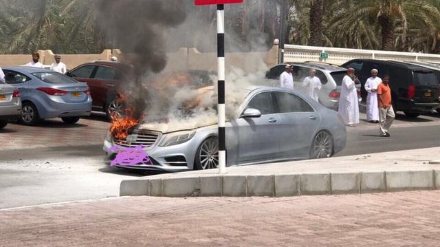 Xe sang Mercedes-Benz S-Class bốc cháy dưới cái nắng mùa hè
