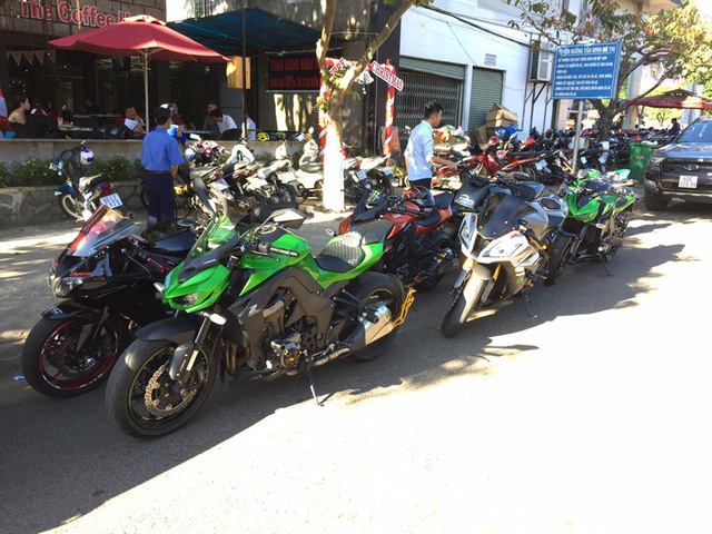Vespa cổ cùng 15 chiếc mô tô khủng rước dâu tại Đồng Nai - Ảnh 9.