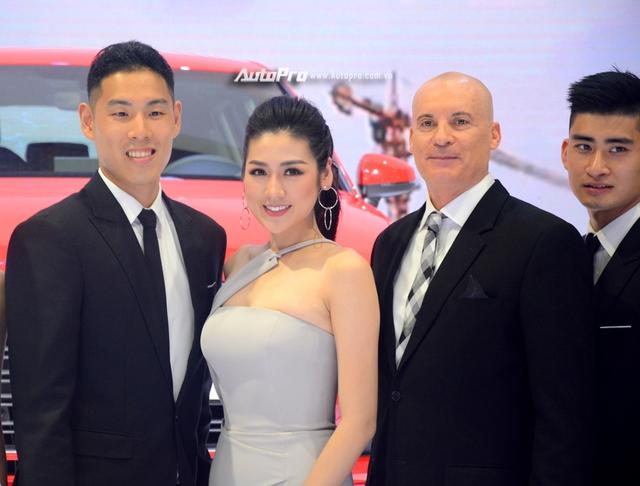Á hậu Dương Tú Anh khoe nhan sắc lộng lẫy tại gian hàng Audi - Ảnh 6.