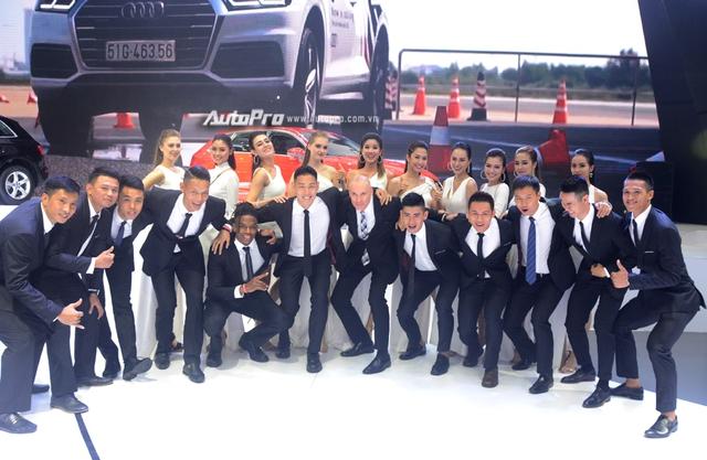 Á hậu Dương Tú Anh khoe nhan sắc lộng lẫy tại gian hàng Audi - Ảnh 13.