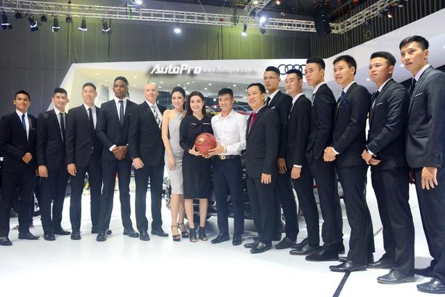 Á hậu Dương Tú Anh khoe nhan sắc lộng lẫy tại gian hàng Audi - Ảnh 5.
