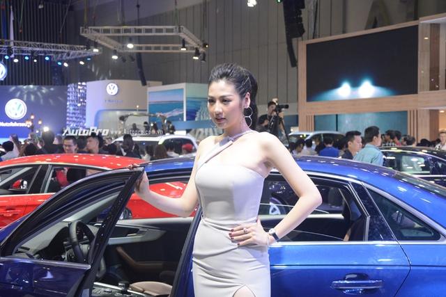 Á hậu Dương Tú Anh khoe nhan sắc lộng lẫy tại gian hàng Audi - Ảnh 2.