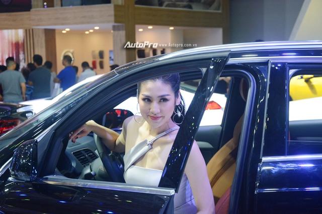 Á hậu Dương Tú Anh khoe nhan sắc lộng lẫy tại gian hàng Audi - Ảnh 4.