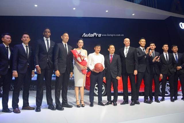 Á hậu Dương Tú Anh khoe nhan sắc lộng lẫy tại gian hàng Audi - Ảnh 10.