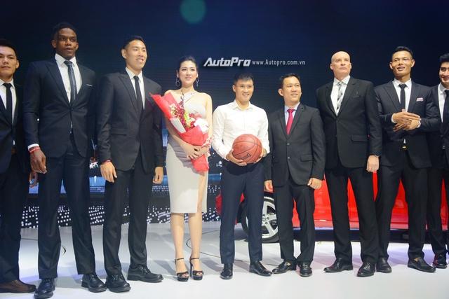 Á hậu Dương Tú Anh khoe nhan sắc lộng lẫy tại gian hàng Audi - Ảnh 9.