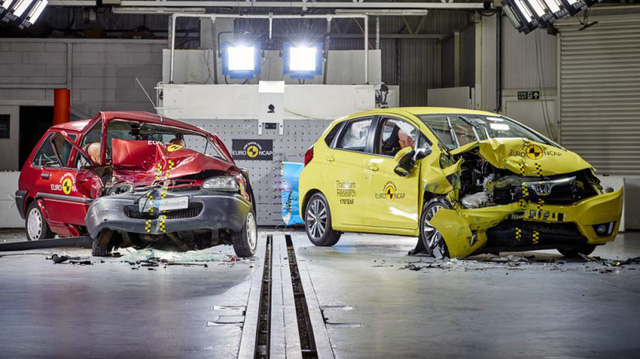 Video cho thấy ô tô ngày nay an toàn gấp đôi so với 20 năm trước