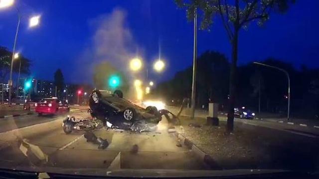 Lao sang làn đường ngược chiều và lật ngửa, ô tô khiến một người đi xe máy tử vong
