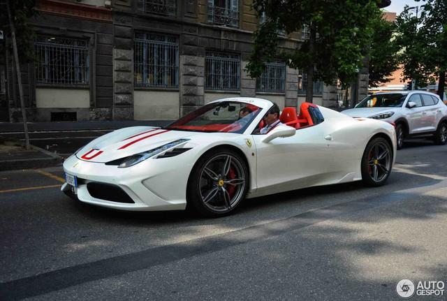 Hàng hiếm Ferrari 458 Speciale Aperta phối đồ đẹp mắt tại kinh đô thời trang thế giới - Ảnh 2.