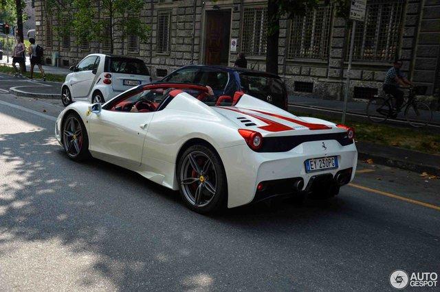 Hàng hiếm Ferrari 458 Speciale Aperta phối đồ đẹp mắt tại kinh đô thời trang thế giới - Ảnh 3.