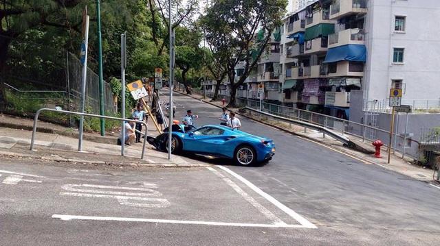 Ferrari 488 Spider húc đổ cột biển báo trong tai nạn tốc độ cao, tài xế khai tránh chó chạy qua đường