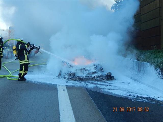 Hàng hiếm Ferrari F12tdf bị lửa thiêu rụi hoàn toàn trên đường không giới hạn tốc độ tại Đức - Ảnh 1.