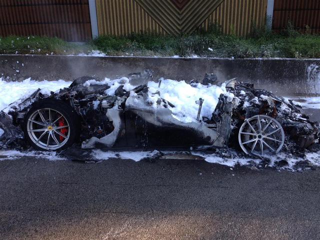Hàng hiếm Ferrari F12tdf bị lửa thiêu rụi hoàn toàn trên đường không giới hạn tốc độ tại Đức - Ảnh 3.